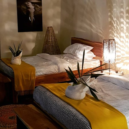 Chirundu, Zambia: Warm comfortable rooms in an african thatched chalet