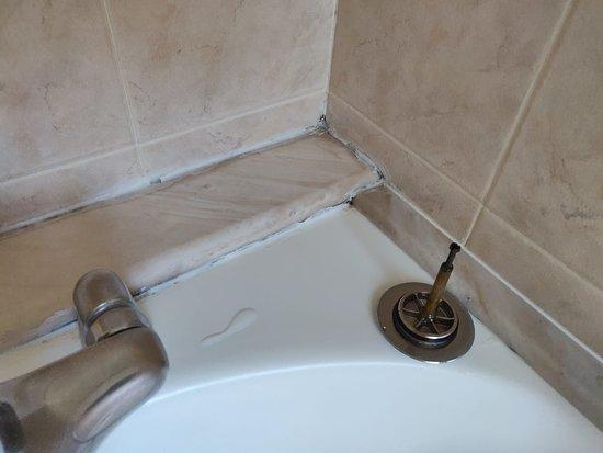 Vasca Da Bagno Rovinata : Evidente muffa e silicone rovinato sulla vasca da bagno