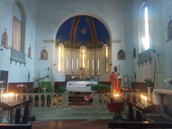Piteglio, Olaszország: Navata centrale con altare maggiore e statua lignea di San Basilio