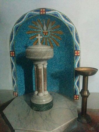 Piteglio, Olaszország: Fonte battesimale all' ingresso della chiesa