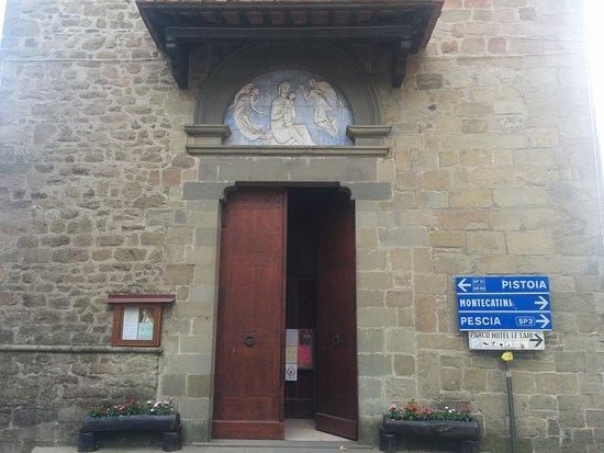 Piteglio, Itália: Ingresso della chiesa ristrutturato di recente