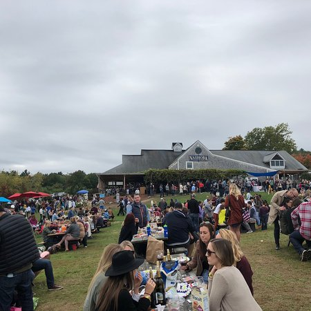 Bolton, ماساتشوستس: Fall weekends are CROWDED! But lots of fun!