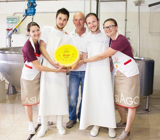 Conco, Italy: Una piccola parte dello staff di Malga Verde