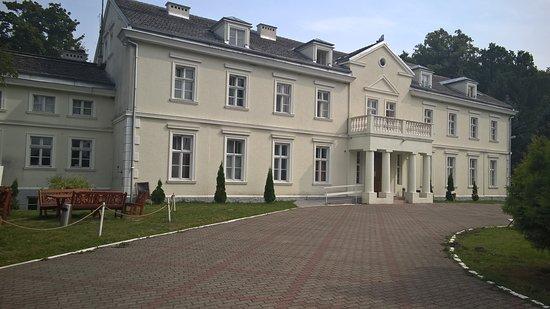 Sarbinowo, Poland: große Vorfahrt und Haupteingang