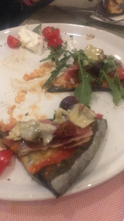 San Pancrazio Salentino, Italie : Pizza Irene con impasto a carboni vegetali, o meglio quelli che è rimasto