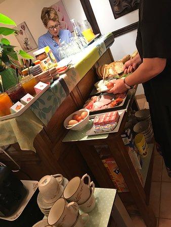 Saint-Quentin-sur-le-Homme, فرنسا: 朝食準備中のダニエルさん