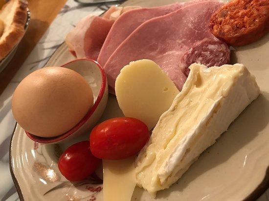 Saint-Quentin-sur-le-Homme, فرنسا: 手作りパンやゆで卵がうれしい朝食ビュッフェ