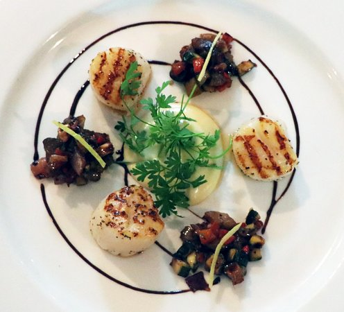 The Point Restaurant: Pan seared scallops