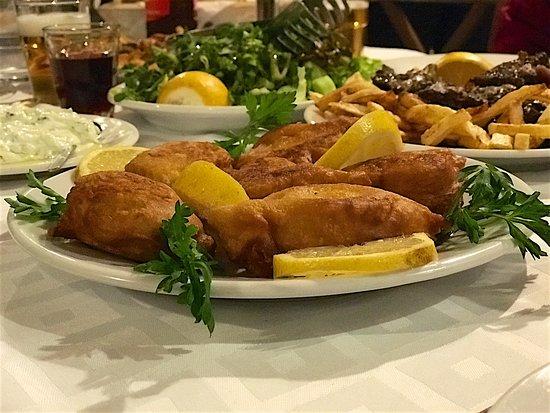 Zagora, Grécia: κολοκυθοανθοί με σαλάτες εποχής