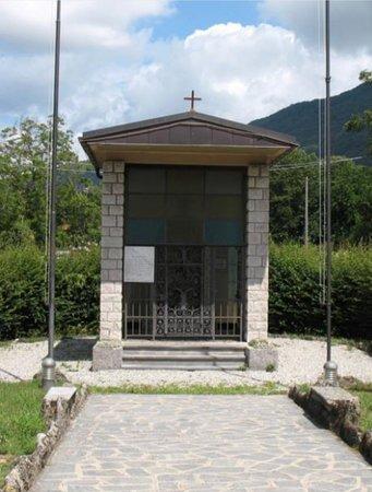 Castelveccana, Italien: Veccana: monumento ai caduti: cappella della Madonna che contiene la  lapide)