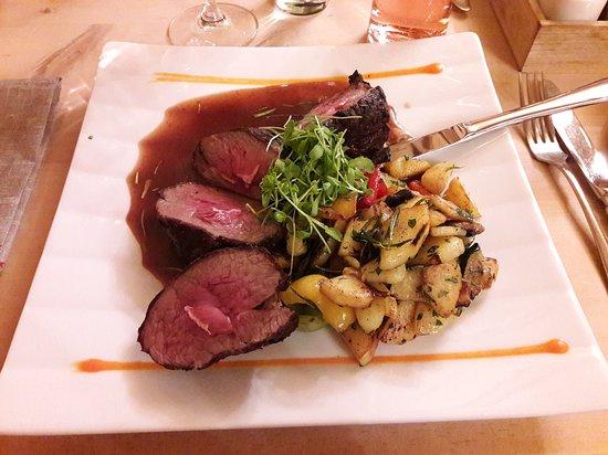 Umhausen, Austria: Rosa gebratene Lammhuft an Rosmarinsauce mit Kartoffel-Gemüsegröstel ... seeehr lecker!