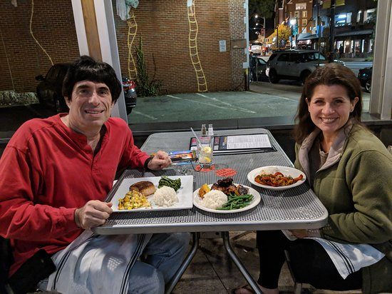 Beerworks No. 2 Salem: Excellent dinner outside!