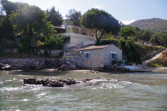 Apraos, Yunani: Tipica struttura a lato della baia
