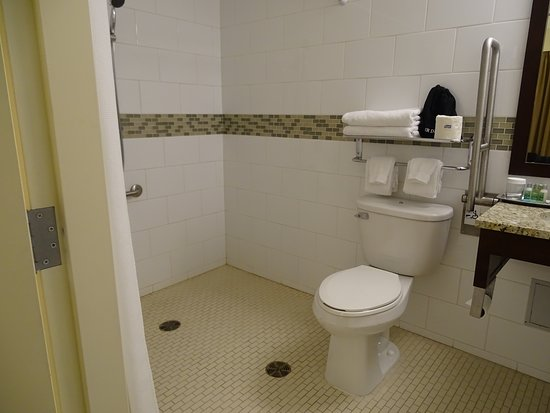 Hotel 540: Accessible room bathroom