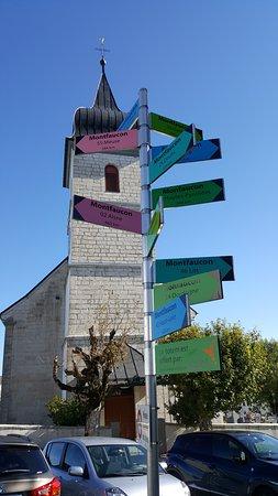 Kirchturm mit den vielen Montfaucons