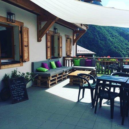 Bonnevaux, França: Drinks on the terrace