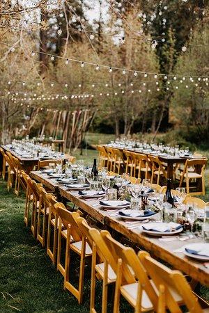 Camp Sherman, Орегон: Gorgeous outdoor seating on the Peninsula