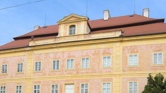 Dvur Kralove nad Labem, República Checa: Průčelí zámku