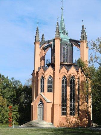 Krasny Dvur, Tschechien: Novogotický templ - pohled od golfového hřiště