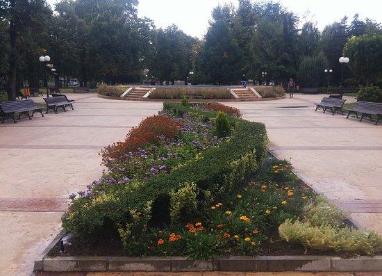 Svilengrad, บัลแกเรีย: Park outside of the hotel