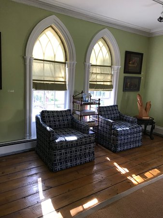 Murray Manor Art & Culture House: Sitting area in gallery
