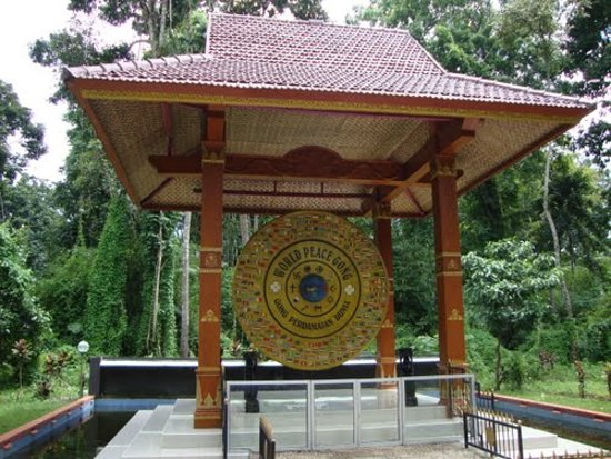 Ciamis, Indonesien: World peace gong signatures worldwide