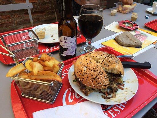 Tartinette: Burger frites et bière locale.