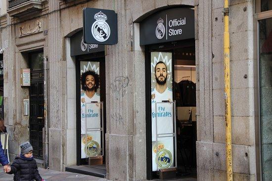 Real Madrid Shop  fotografía de Área Real Madrid Tienda Oficial ... b0886ffd6dd