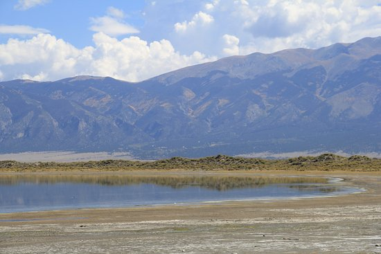 Mosca, Колорадо: One end of the lake, Great Dunes in the distance
