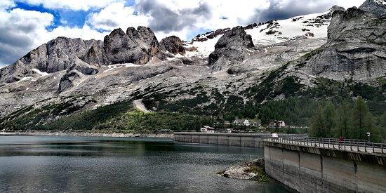 Penia, Италия: Dammen med restaurangen i bakgrunden