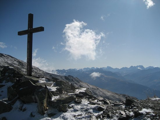 Saint Michel de Maurienne, Γαλλία: Col de la Pierre Blanche, top of the mountain behind the house