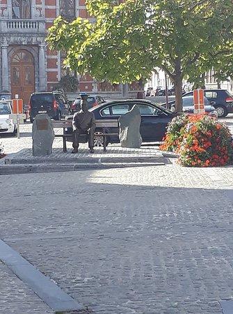 Lessines, Bélgica: La statue de René Magritte, face à la Cité de Pékin.