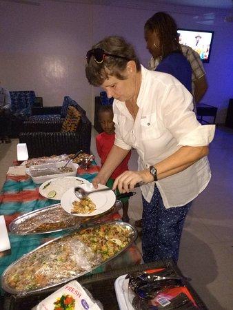 Tamale, Ghana: Verjaardag gevierd met buffet.