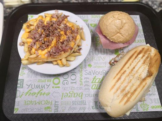 Aljaraque, España: Patatas queso & bacon, huevo Matoma (americana) baguette matoma