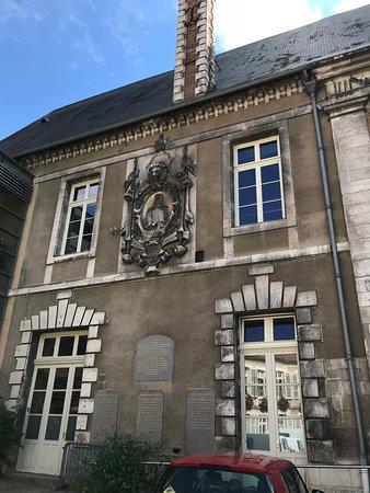 Auxerre, Francja: герб Eckmuhl на здании