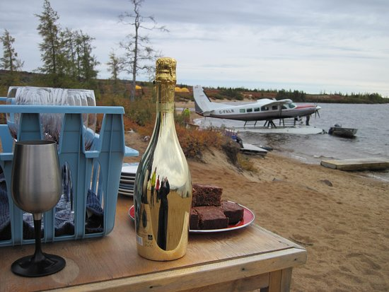 Seal River Heritage Lodge : Arriving at Schmock Lake, greeted with homemade brownies and champagne!