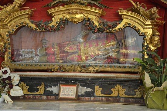 Santuario della Madonna del Sasso: Teca con salma di San Donato