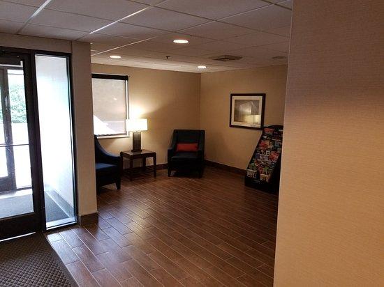 Middleburg Heights, Οχάιο: Lobby Area seating back