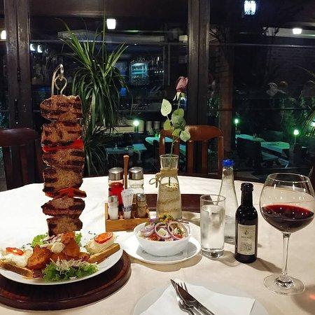 Velika Plana, Serbia: Ozbiljan specijalitet Moravsko Jedro  (Juneci rozbif, pekarski krompir tost i kajmak)