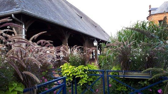 Le Clos de la Roseraie: le restaurant se trouve de l autre coté du petit pont