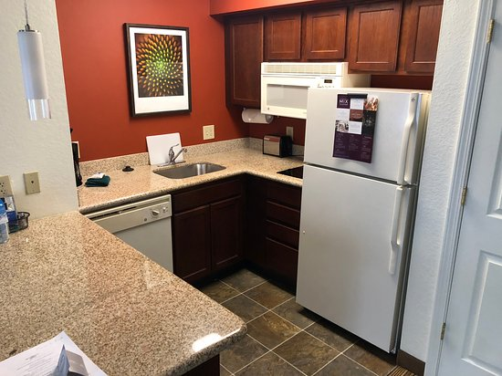 Residence Inn by Marriott Charleston Airport: Perfect size kitchen to make a meal