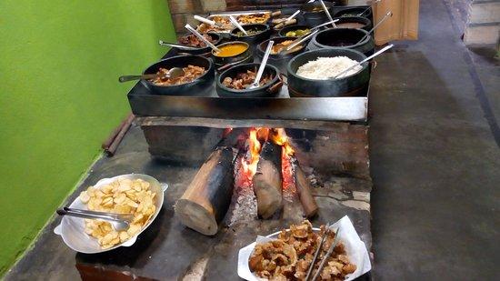 Resende Costa, MG: Este é o fogão onde são servida as comidas!