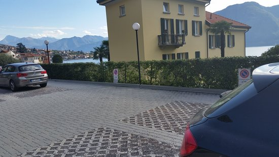 Sala Comacina, Italie : Parking lot is adjacent to the property.