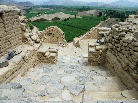 Paramonga, Peru: Espacio de acceso al cuarto nivel por escalinata