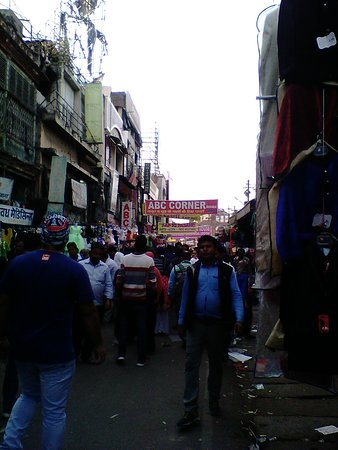 Aminabad: pic describing the crowd at no-rush hours