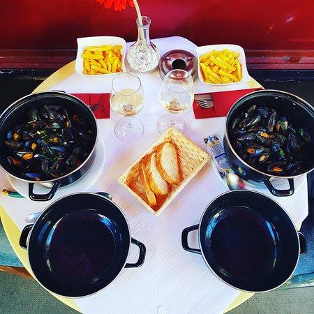 2 La Rue : Moules marinière, pommes frites maison 19.00frs