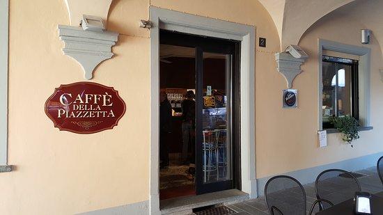 Carignano, Italia: Dehor tranquillo sotto i portici in pieno centro storico