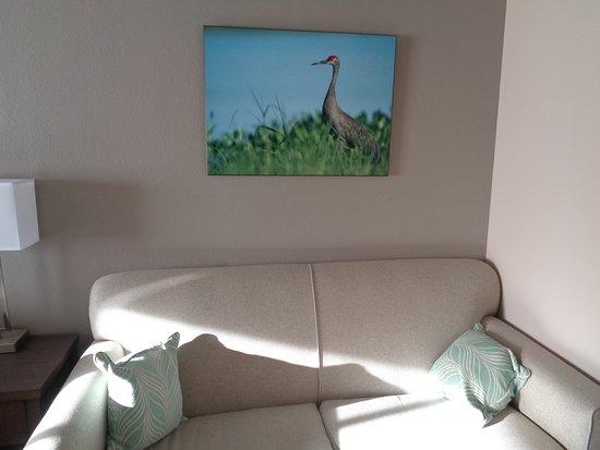 Monte Vista, Колорадо: Sofa and artwork in room