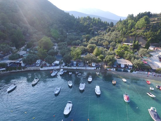 Vlicho, Yunani: The campsite is hidden in those trees