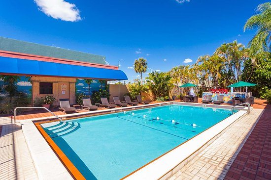 Quality Inn South at the Falls: Outdoor pool with sundeck